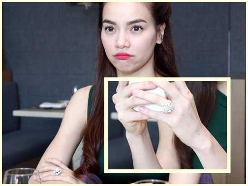 Mới đây nhất, trên ngón tay áp út (tay trái) của Hồ Ngọc Hà xuất hiện chiếc nhẫn đính kim cương được cho là trị giá đến 21 tỷ đồng. Ngay sau đó, Hà Hồ lên tiếng phủ nhận và cho rằng chiếc nhẫn đó không tới giá 21 tỷ đồng và những việc cô làm, đi hát, làm giảm khảo chỉ đủ sống, không có nhiều tiền để mua chiếc nhẫn 21 tỉ đó.