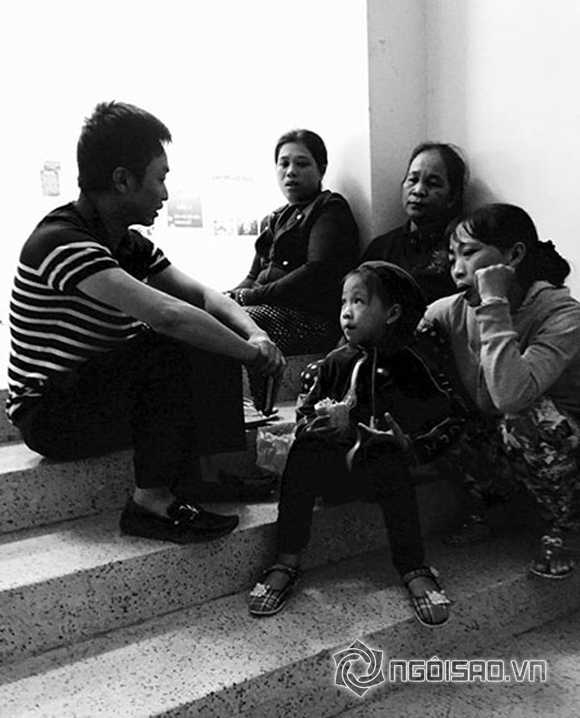 Cường Đô la trong lúc đi thăm hỏi gia đình nạn nhân trong vụ tai nạn