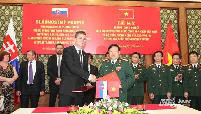 Hai Bộ trưởng Quốc phòng ký Bản ghi nhớ về hợp tác quốc phòng song phương