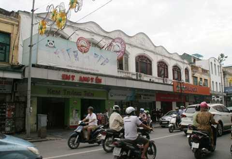 """Khu đất """"vàng"""" kem Tràng Tiền nằm cách Hồ Gươm và Nhà hát lớn Hà Nội vài trăm mét đã từng công bố sẽ trở thành khu căn hộ cao cấp vào cuối năm 2011."""