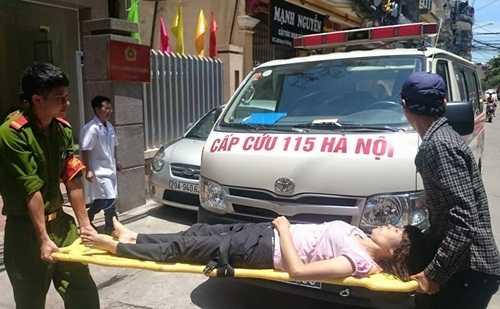 Nạn nhân được đưa đến bệnh viện cấp cứu