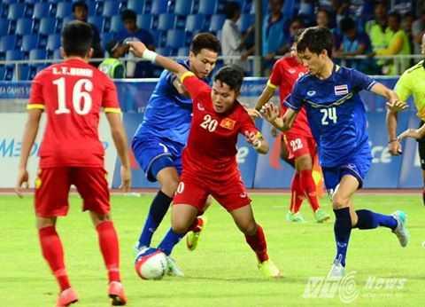 Phi Sơn trong vòng vây U23 Thái Lan