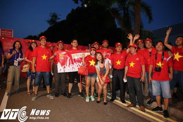 CĐV Việt Nam kéo đến sân Bishan khá đông