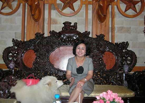 Bà Phạm Thị Diệu Hiền trong ngôi biệt thự nội thất gỗ đắt tiền