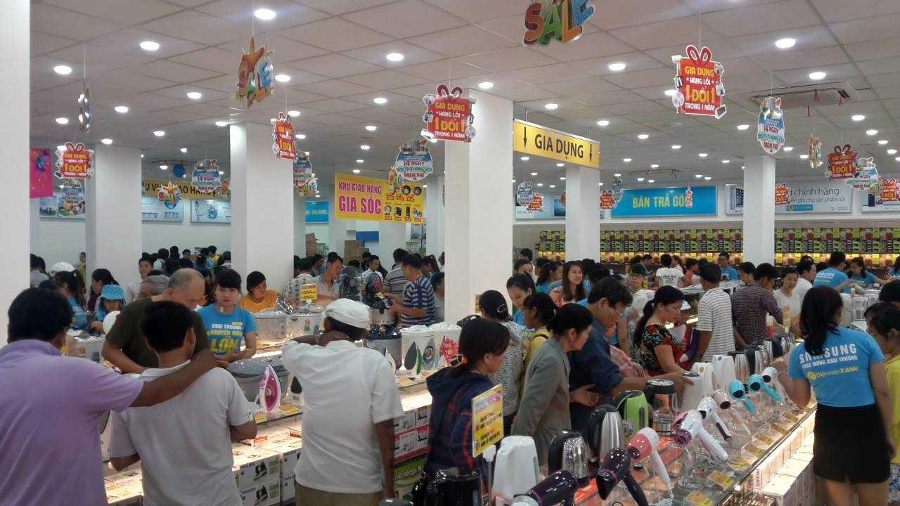 Đông đảo người tiêu dùng đến mua sắm tại siêu thị điện máy Xanh Đà Nẵng
