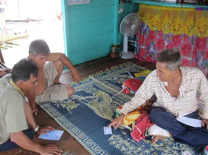 Ông Võ Văn Đầy (phải) và các ngư dân người Việt ở Biển Hồ