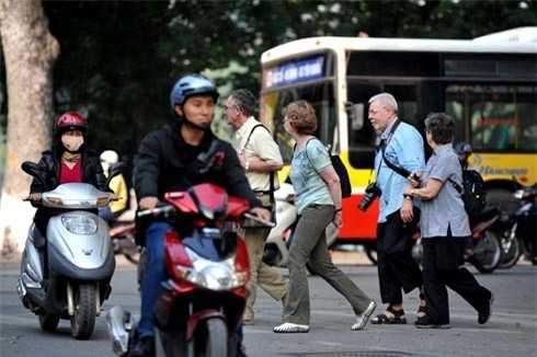 Du khách nước ngoài giật mình lo sợ khi qua đường