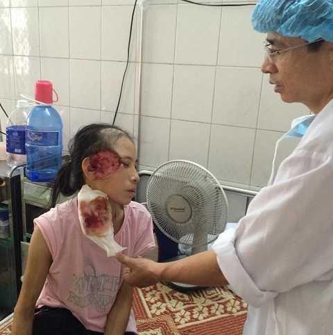 Bà Hà Thị Vân được bác sỹ chữa trị.