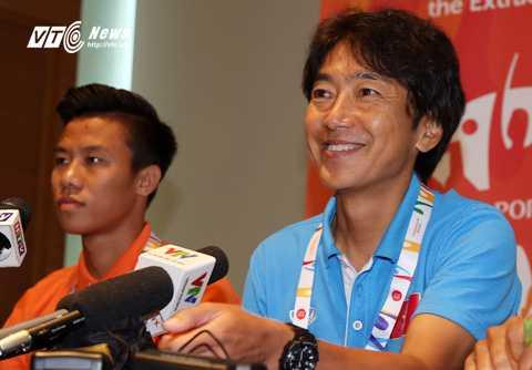 HLV Miura cười tươi trong phòng họp báo (Ảnh: Hà Thành)