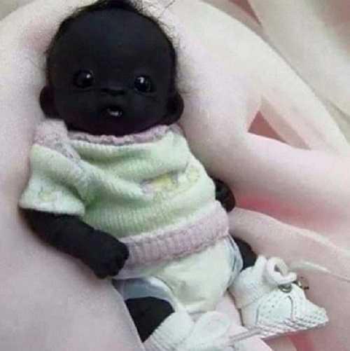 Hình ảnh em bé 'đen nhất thế giới' được lan truyền nhanh chóng mặt trên các trang mạng xã hội
