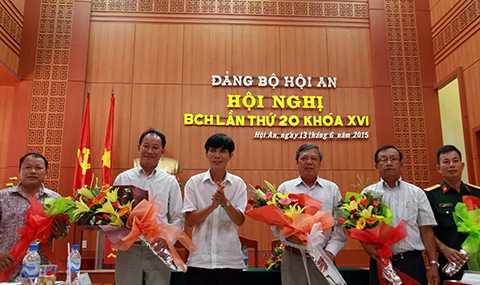 Ông Kiều Cư (thứ 3 từ phải sang) giữ chức Bí thư Thành ủy Hội An thay cho ông Nguyễn Sự xin về hưu sớm.