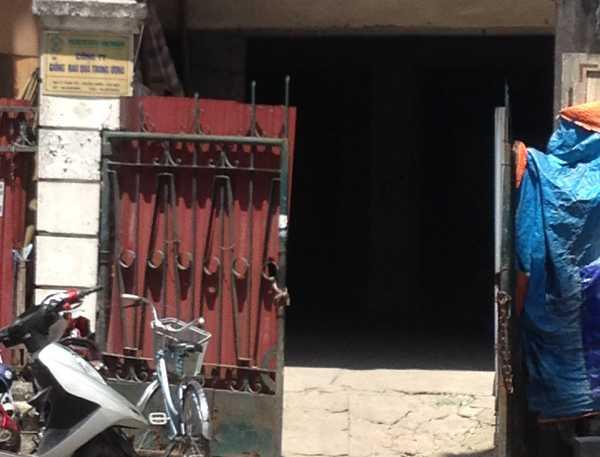 Cổng mở đi vào bên trong công trình