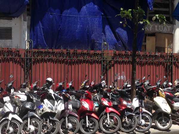 Phần vỉa hè mặt tiền tòa nhà đang làm bãi trông xe máy