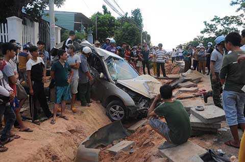 Hiện trường vụ tai nạn liên hoàn của chiếc xe con do Bùi Văn Đồng điều khiển chiều 9-6 tại huyện Đắk Hà (Kon Tum)