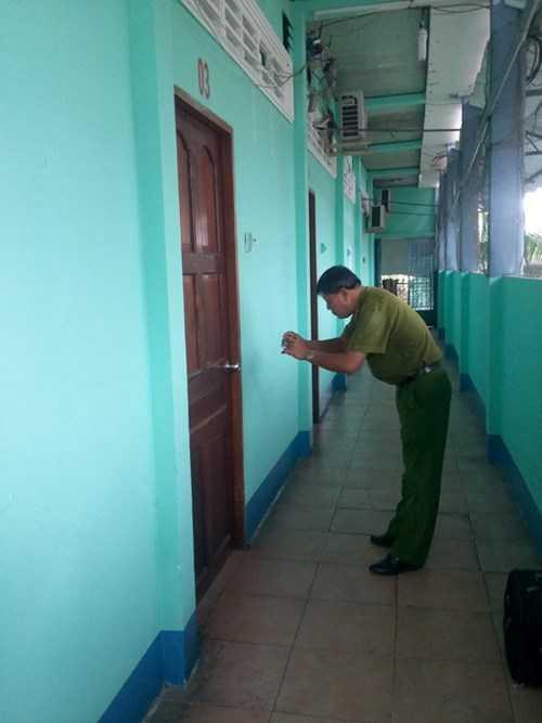 Cơ quan chức năng tiến hành khám nghiệm hiện trường nơi phát hiện ông Phạm Văn Đực tử vong.