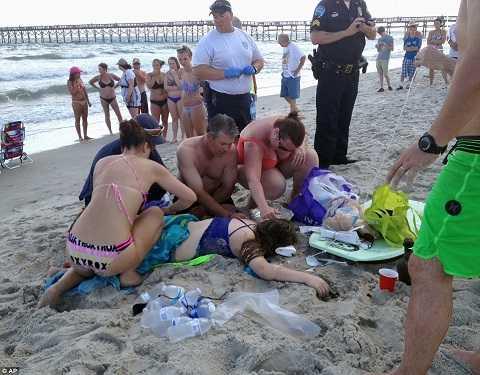 Người dân sơ cứu cho bé gái trước khi cứu hộ đến