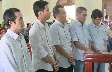 Năm bị cáo cựu sĩ quan công an tại phiên xử phúc thẩm trong vụ đánh chết người ở Phú Yên. Ảnh: Tấn Lộc