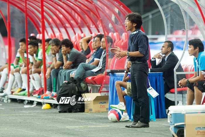 HLV Miura khích lệ cầu thủ trong trận đấu (Ảnh: Hải Thịnh)