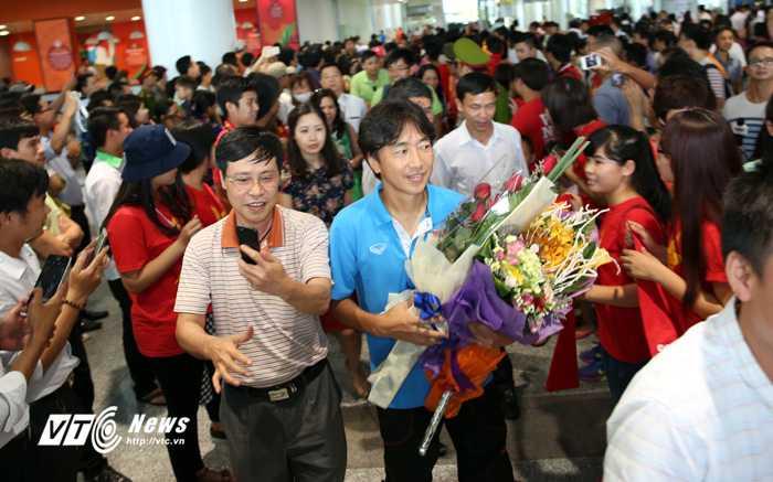 HLV Miura nhận được cảm tình đặc biệt từ người hâm mộ (Ảnh: Phạm Thành)