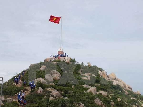 Cột cờ đầu tiên trong 7 cột cờ Tổ quốc được xây dựng tại các đảo tiền tiêu gần bờ của cả nước được khánh thành trên đảo Cù Lao Xanh, tỉnh Bình Định. (Ảnh: Ly Kha/TTXVN)