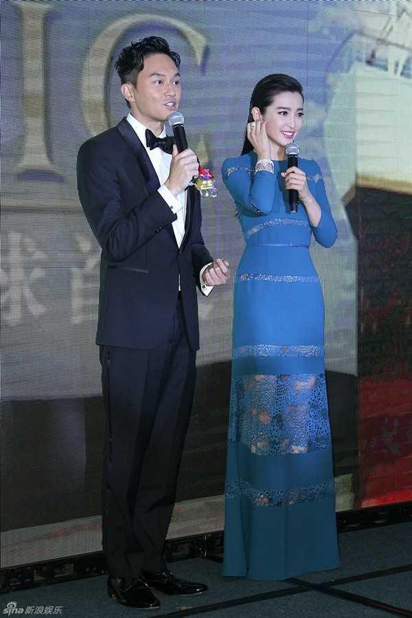 Nữ diễn viên ngượng ngùng khi bị hỏi về kết quả học kém tại Đại học. (Ảnh chụp cùng Trương Trí Lâm).