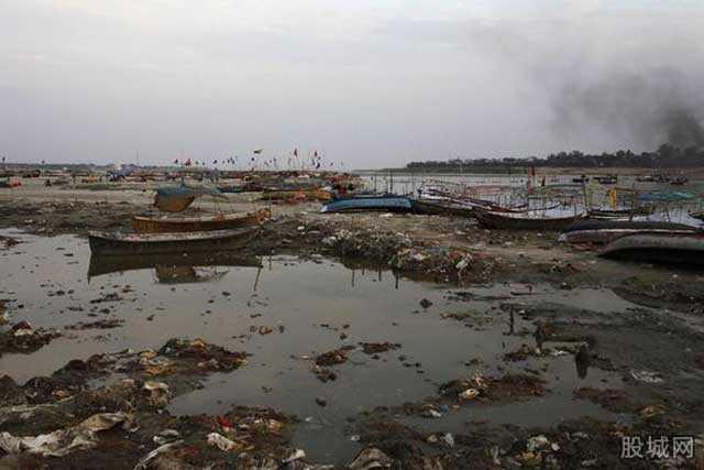 Dòng sông ô nhiễm ở Chiết Giang, Trung Quốc