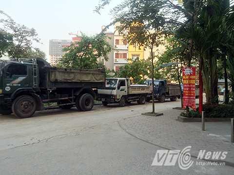 Xe tải của cửa hàng VLXD chạy rầm rập suốt ngày đêm