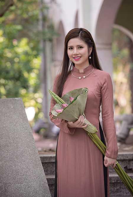 Vũ Ngọc Quỳnh - nữ tiếp viên hàng không mang hai dòng máu Việt Nam và Ấn Độ vừa đăng bộ ảnh áo dài bên hoa sen khiến dân mạng trầm trồ khen ngợi (Ảnh: Phong 2V)