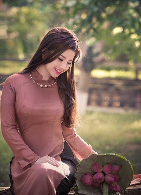 Cô gái xinh đẹp này đã khéo léo lựa chọn một bộ áo dài nền nã để chụp cùng sen cuối hạ