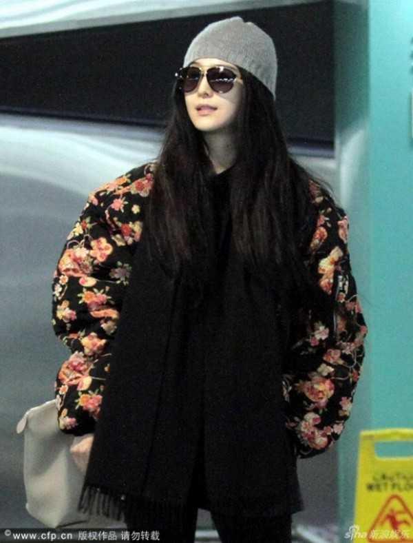 Áo khoác to sụ khiến cô như cuốn chăn bông quanh người.
