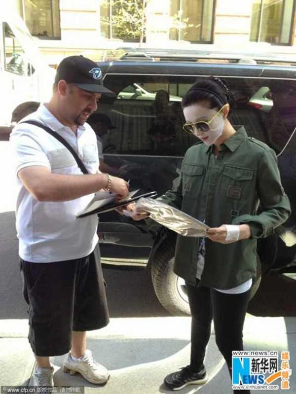 Nữ diễn viên đeo mặt nạ dưỡng da ra phố.
