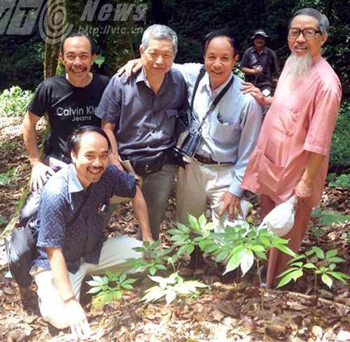 Dược sĩ Đào Kim Long (ngoài cùng bên phải) trong lần trở lại vùng trồng sâm Ngọc Linh. Ảnh nhân vật cung cấp