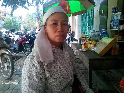 Bà Loan đeo khăn tang chồng đi tìm công lý cho con
