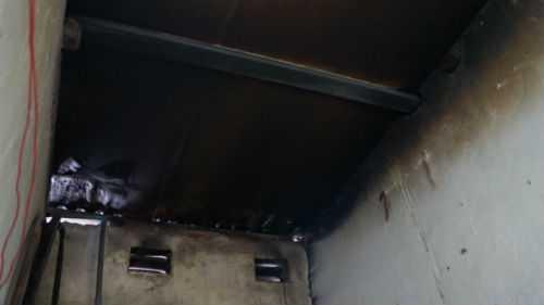 Hơn 2 tháng sau, trần nhà vẫn nhuốm đen từ vụ hỏa hoạn