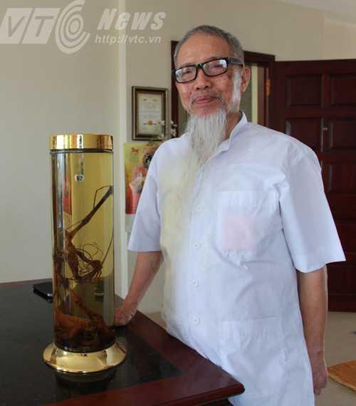 Dược sĩ Đào Kim Long bên một bình rượu sâm Ngọc Linh
