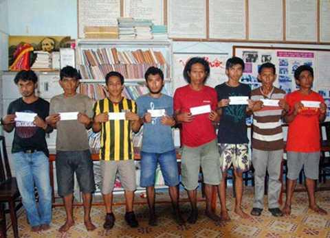 8 nghi phạm cướp biển bị bắt tại đảo Thổ Chu (Ảnh do Tư lệnh Hải quân Hoàng gia Malaysia Tan Sri Abdul Aziz Jaafar công bố) (Ảnh: Người lao động)