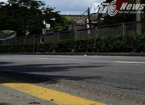 Những 'sống trâu', 'con trạch' xuất hiện khá nhiều trên mặt đường, gây nguy hiểm cho người và phương tiện tham gia giao thông - Ảnh MK