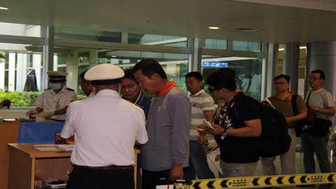 Các hành khách được hướng dẫn kiểm tra y tế tại Cảng hàng không quốc tế Tân Sơn Nhất. Ảnh: Thanh Huyền.