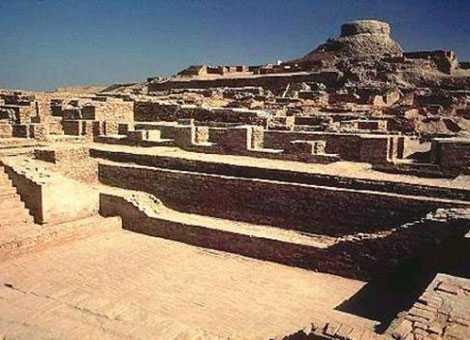 Một phần những bức tường thành còn sót lại trong khu di tích Mohenjo-Daro.