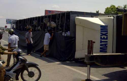 Xe tải nằm chắn quốc lộ 1A. Ảnh: Lam Sơn.