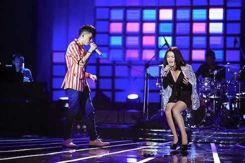 Ngay từ những phút đầu tiên, 2 ứng viên đã nhanh chóng làm nóng không khí cho đêm chung kết bởi bản song ca 'Rời', hit của cặp song ca Hằng Bing Boong - Trung Quân Idol.