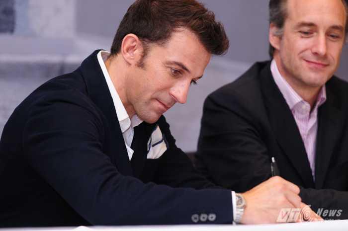Del Piero ký tặng người hâm mộ (Ảnh: Tùng Đinh)