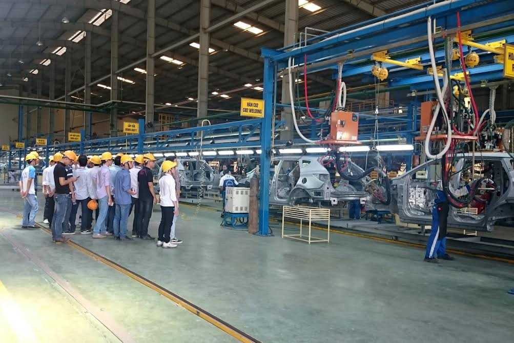 Sinh viên tham quan dây chuyền lắp ráp tại nhà máy Hyundai Ninh Bình