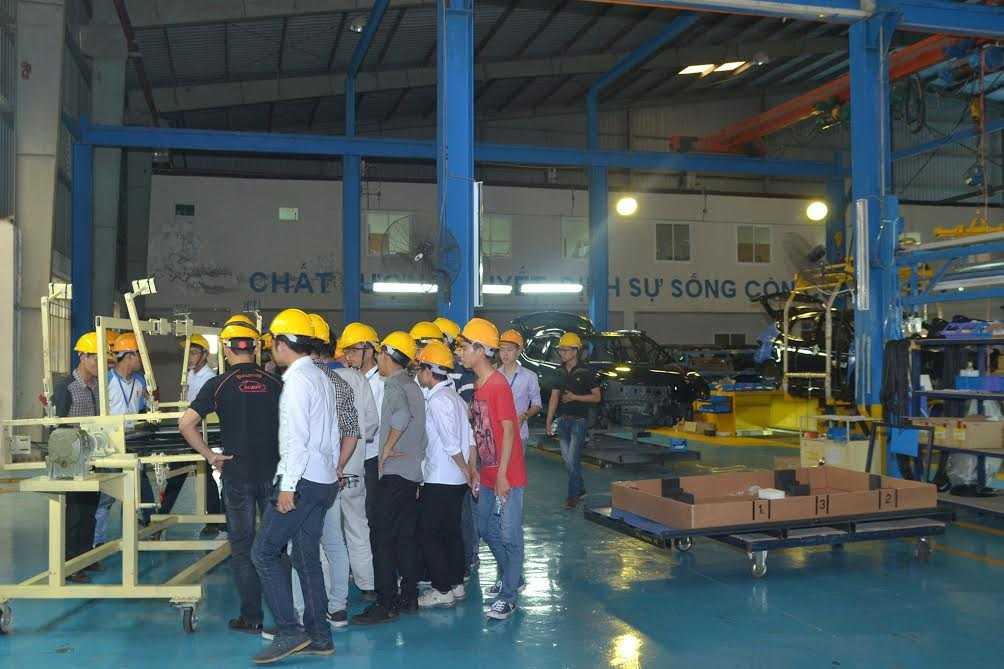 Sinh viên tham gia nghiên cứu công xưởng sơn công nghệ cao