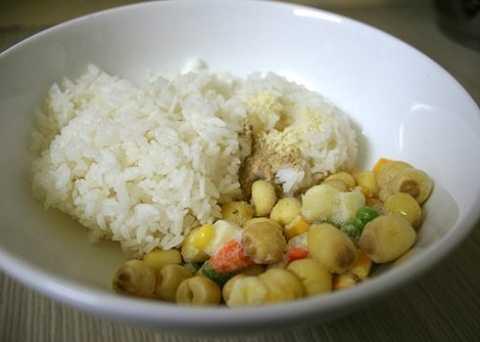 Cơm trắng để nguội nêm ít hạt nêm. Hạt sen, các loại đậu hấp chín.