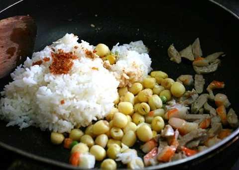 Tiếp đến cho hạt sen, các loại đậu, cơm trắng vào và trộn cho thật đều.