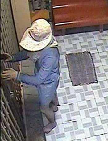 Trước đó 6 tháng, tên trộm với hình dạng tương tự cũng đột nhập vào tiệm vàng tại TP Cần Thơ lấy đi 1,5 tỷ đồng. Ảnh: Cửu Long
