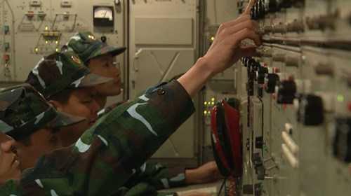Các trắc thủ điều khiển tổ hợp tên lửa S-300PMU-1 tăng cường sục sạo, phát hiện, quản lý và sắn sàng tiêu diệt mục tiêu.