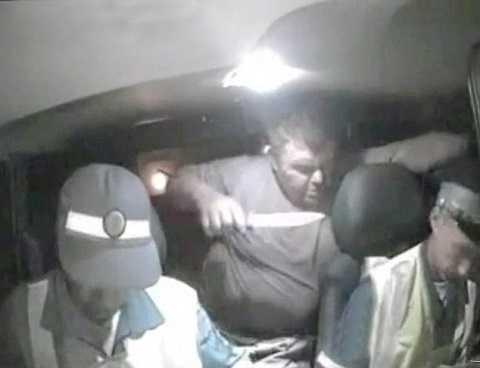 Hình ảnh cắt từ video cho thấy nghi phạm dùng dao tấn công cảnh sát