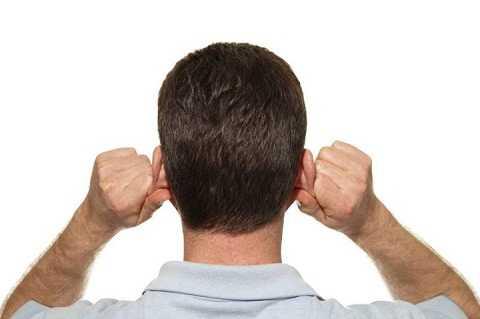 Massage tai nhẹ nhàng khiến bạn cắt cơn buồn ngủ.